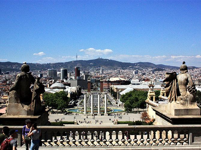 Barcelone - la vue sur la place de Carles-Buïgas et sa fontaine magique depuis la colline de Montjuïc.