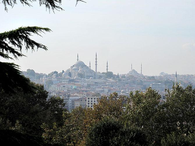 Istanbul et ses mosquées qui sortent de la terre, pointées vers le ciel.