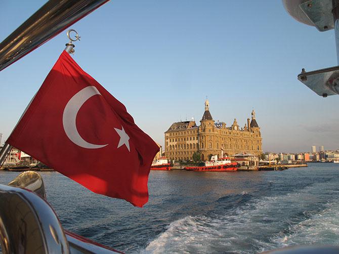 Sur un bateau drapeau turc - il y en a partout - et la gare.