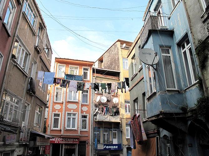 Quartier de Tarlabasi, célèbre pour ses vêtements mis à sécher, accrochés d'un immeuble à l'autre.