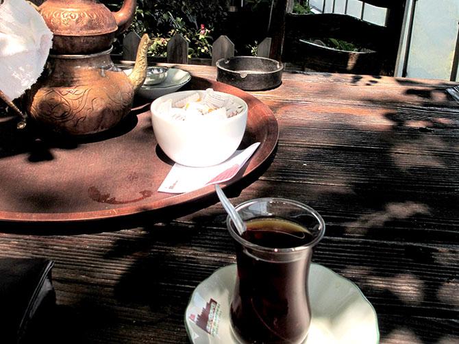 Le çay le thé turc, à tout moment de la journée, dans ses fameux verres tulipes - la tulipe étant le symbole de la Turquie.