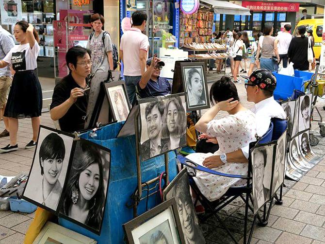 Dessinateurs de rue à Myeongdong, Seoul.