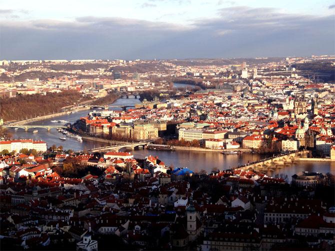 Vue en hauteur du centre historique de Prague pris depuis la réplique de la tour Eiffel qui se trouve sur les hauteurs de la Colline de Pétrin.