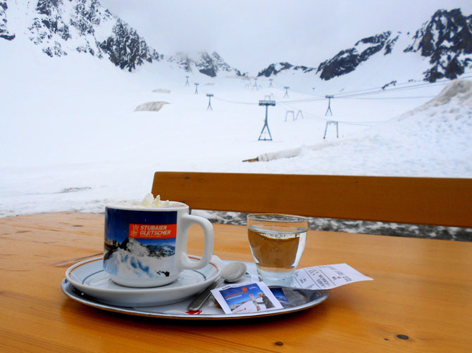 1ère randonnée au-dessus d'Innsbruck le 14 avril, jusqu'à l'Arzler Alm, bar-chalet. Glacier de la Stubaï, à une demi-heure d'Innsbruck, prise le 9 juin ! Evidemment, la neige n'est plus aussi bonne, mais on peut faire du ski jusqu'à début juillet ici !