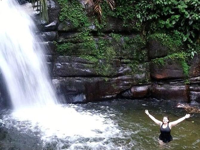 Promenade à cheval dans la vallée du café, arrêt dans cette cascade peu connue et magnifique.