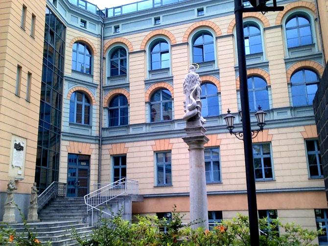 Mon université d'origine : Institut des langues où j'étudie la philologie.