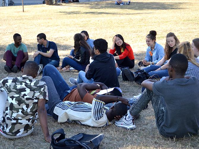 Petite pause sur les espaces verts du campus avant le départ pour la cérémonie d'accueil à la Mairie.