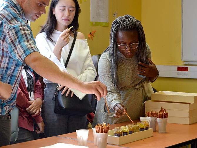 Dégustation de spécialités régionales – moutarde de Dijon.